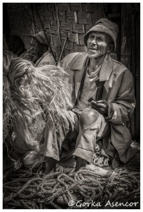 FOTO AFRICA ETIOPIA HOMBRE MERCADO CUERDAS