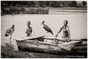 FOTO AFRICA LAGO AWASA ETIOPIA NIÑOS PELICANOS