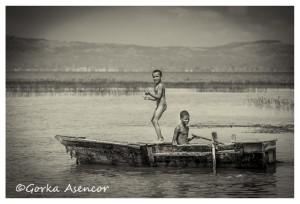 FOTO AFRICA ETIOPIA NIÑOS LAGO AWASA BARCA