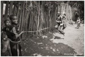 FOTO AFRICA ETIOPIA NIÑAS SALTANDO
