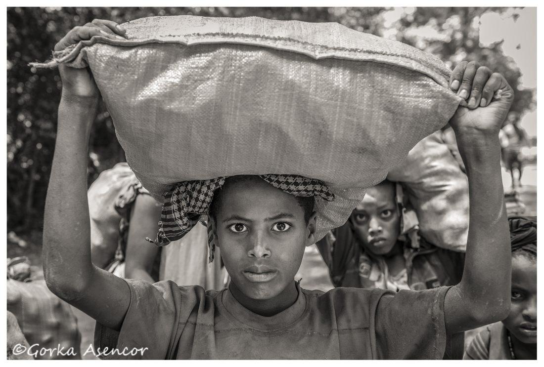 FOTO AFRICA ETIOPIA NIÑAS TRABAJANDO