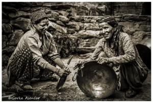 INDIA MUJERES FREGANDO